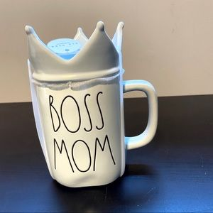 NWT Rae Dunn Boss Mom Mug with crown lid in blue